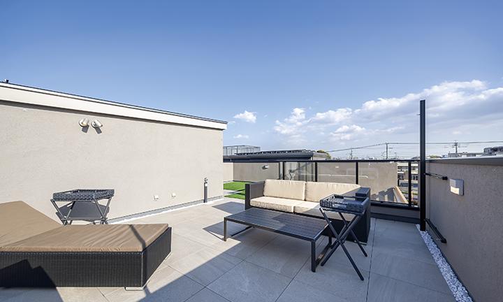 プライベート空間が広がる、約30畳の屋上庭園
